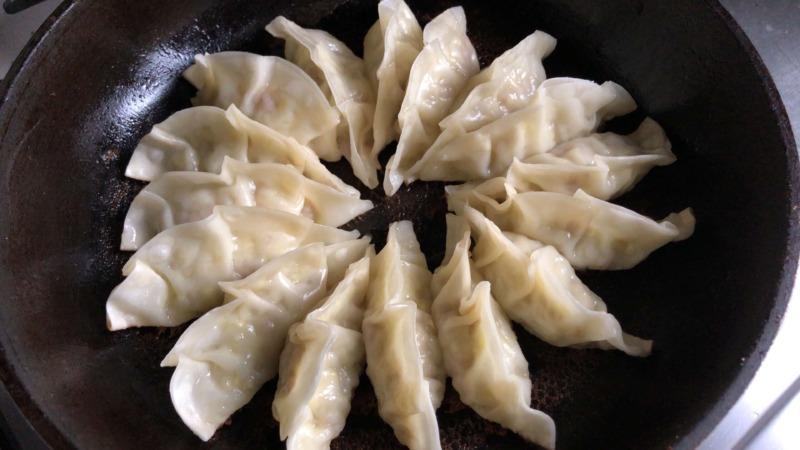 浜松餃子らしく焼くにはフライパンに広げるのが重要