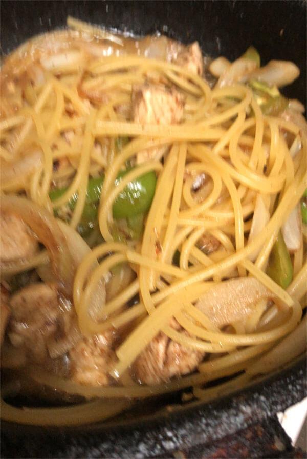 パスタなんて野菜炒めに麺をぶちこめばいいんですよ。 最近はスパイス入れたりしてカレーぽいアレンジを楽しんでいます。