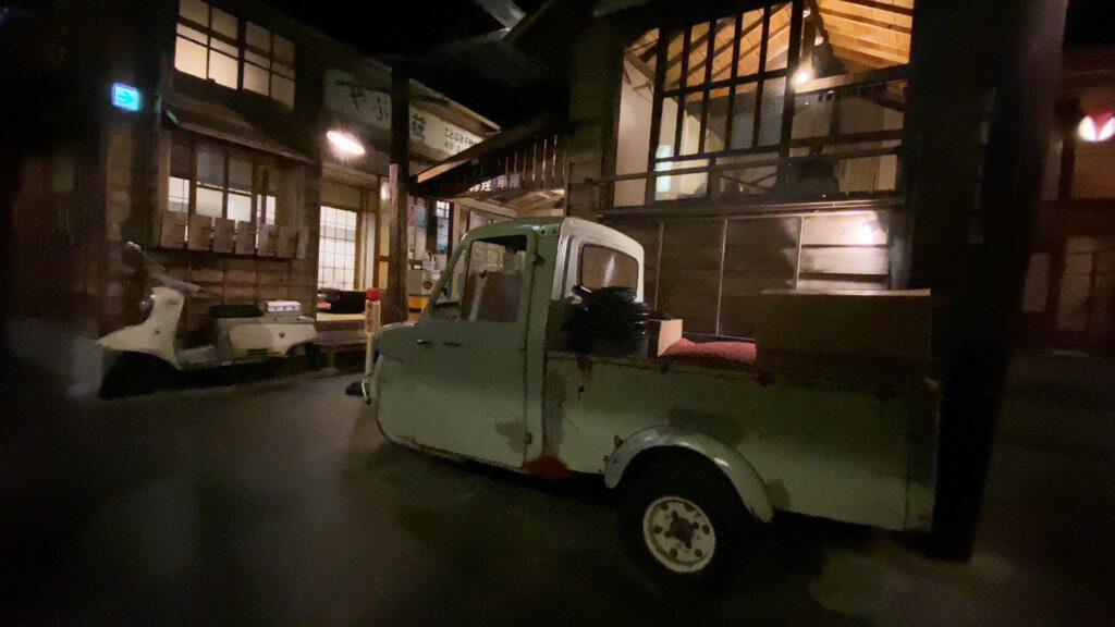 じゃジャ旨の店内には、昭和の下町な雰囲気の建物が再現されており、レトロフリークならよだれを出すかも。