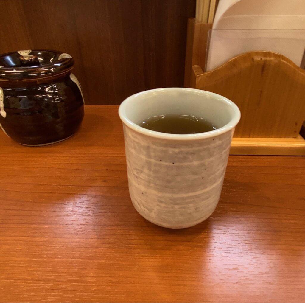 からやまの飲み物はまだ冷たいお茶。いつもこれだったっけ?