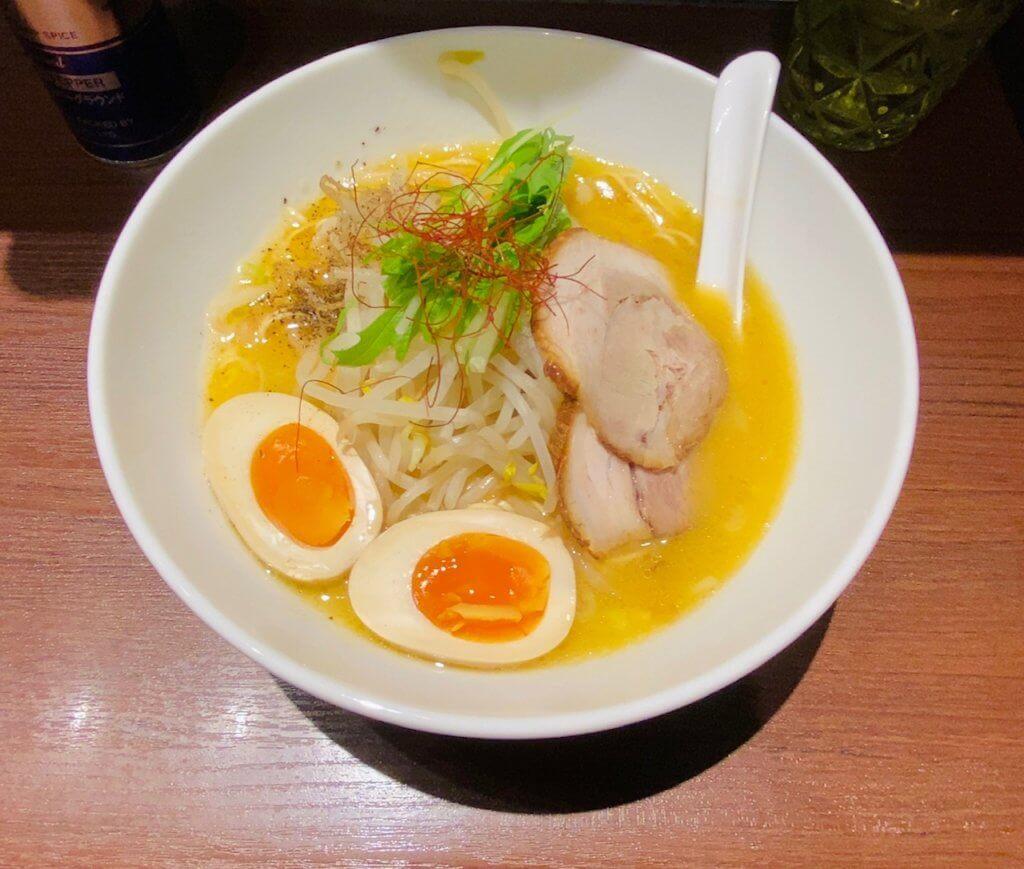 麺屋やまもとの限定A「鶏パイタンラーメン」。黄金色のスープが旨味十分を証明してくれている。