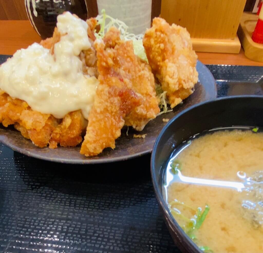 からやま幸店の特盛定食。チキン南蛮と唐揚げが一皿に。ご飯味噌汁つき!
