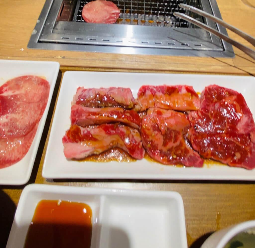 焼肉ライク「牛タン&匠カルビ&ハラミのセット」。セットは肉の量とご飯の量を任意で選ぶことができます。