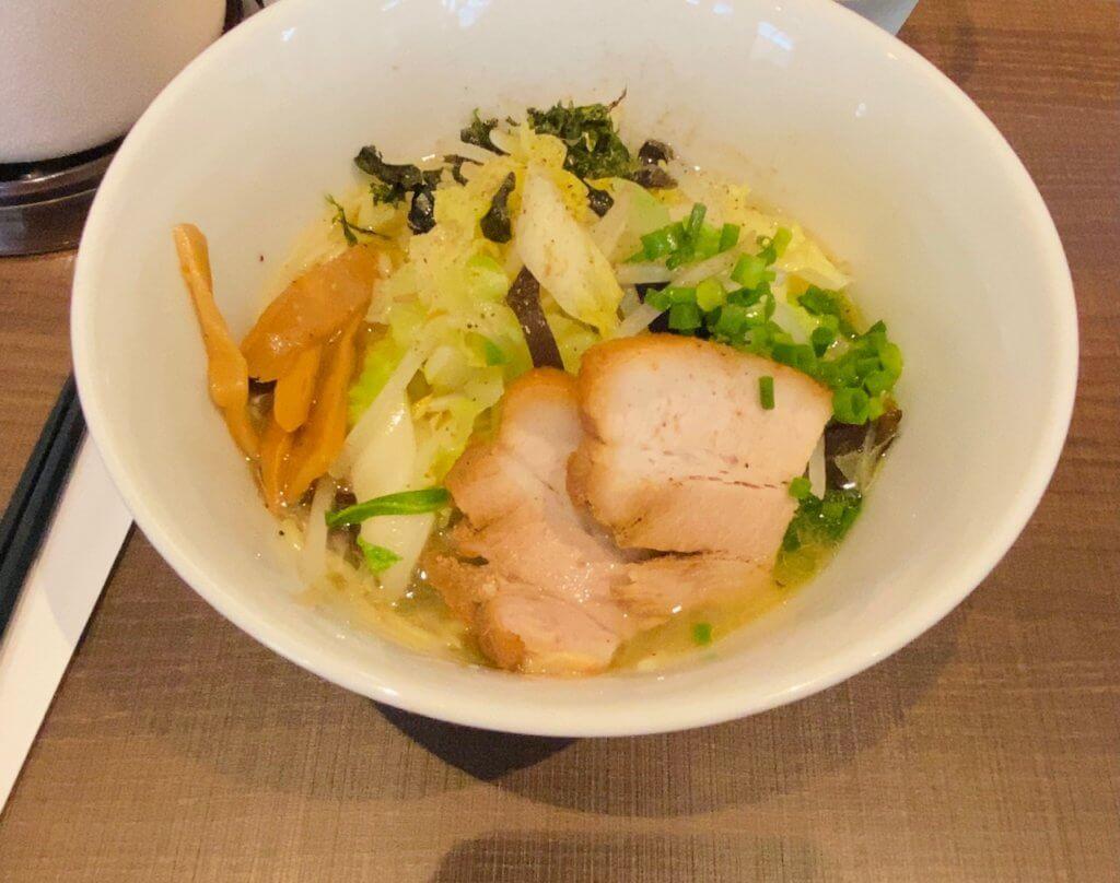 湯気そば(塩)/駅前スタンド 湯気with旬香亭。野菜たっぷりで美味しそう。