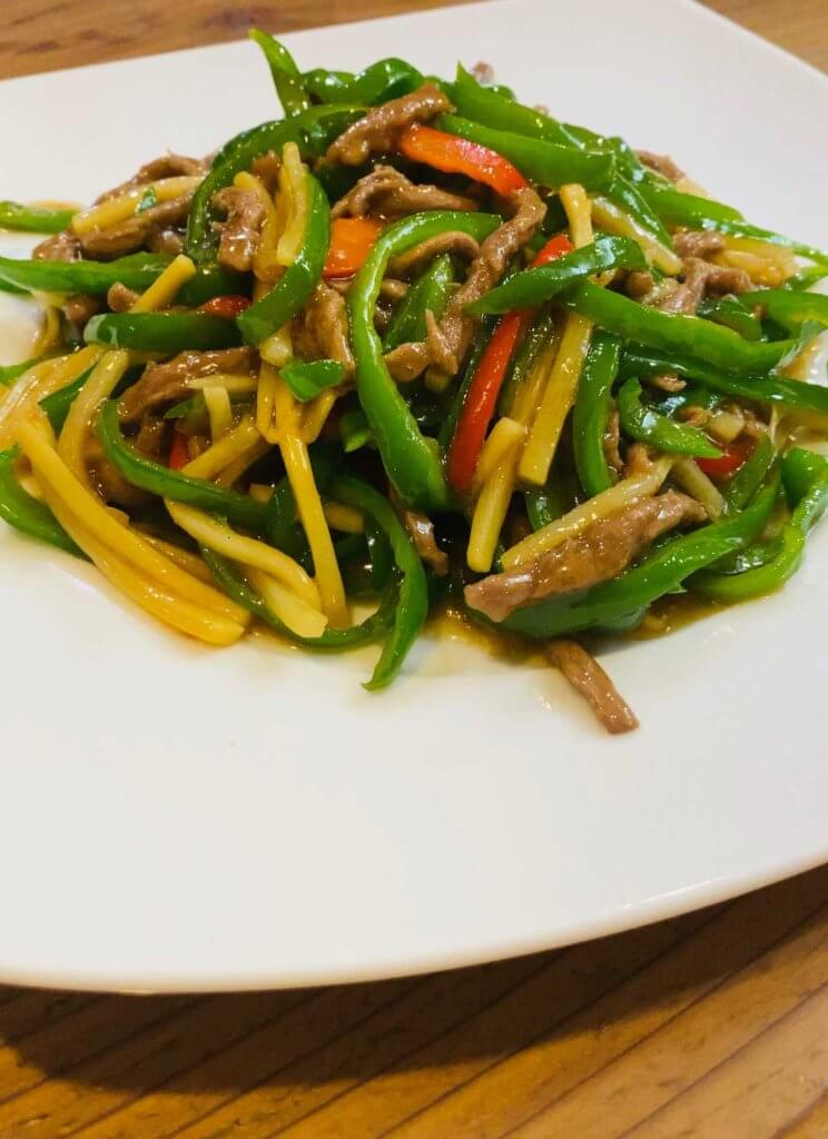 青椒肉絲は豚肉と牛肉から選べます。