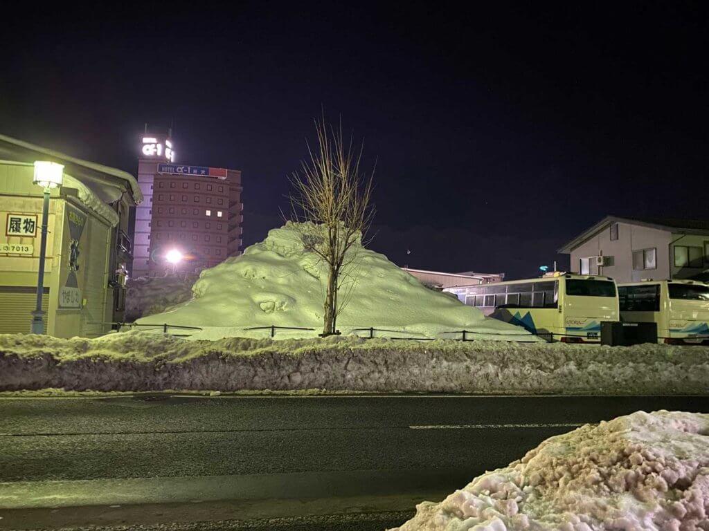 歩道にある雪も1m70cm近く積まれてるんだよなぁ
